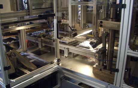 Baugruppenmontage automatisiert - Heißprägen KFZ Lampenträger